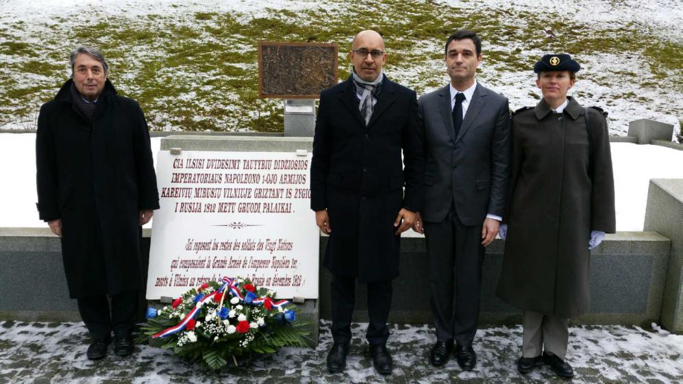Devant le Mémorial des soldats français tombés au retour de Russie.