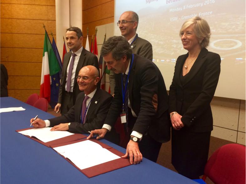 Signature de l'accord par Francesco Sette et Fernando Ferroni, président de l'INFN