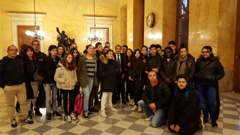 Entouré des élèves du collège Olympique à l'Assemblée Nationale