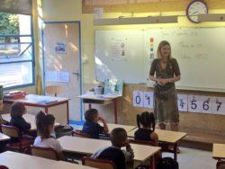 L'enseignante a accueilli les élèves de CP